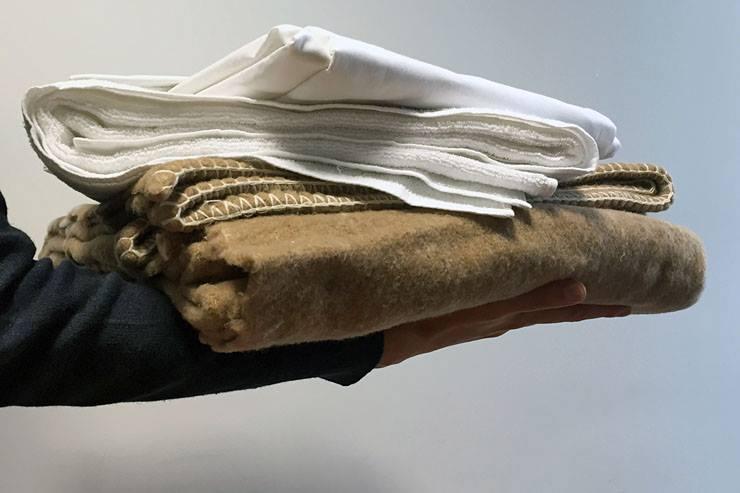 I negozi di via Torino a Nichelino raccolgono coperte e maglie per i bisognosi
