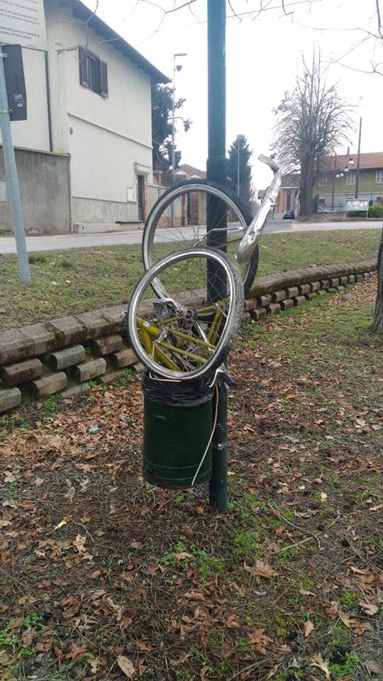 A Carmagnola persino le biciclette finiscono nei cestini