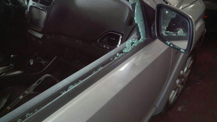 Vetri in frantumi e ladri di gomme: auto nel mirino