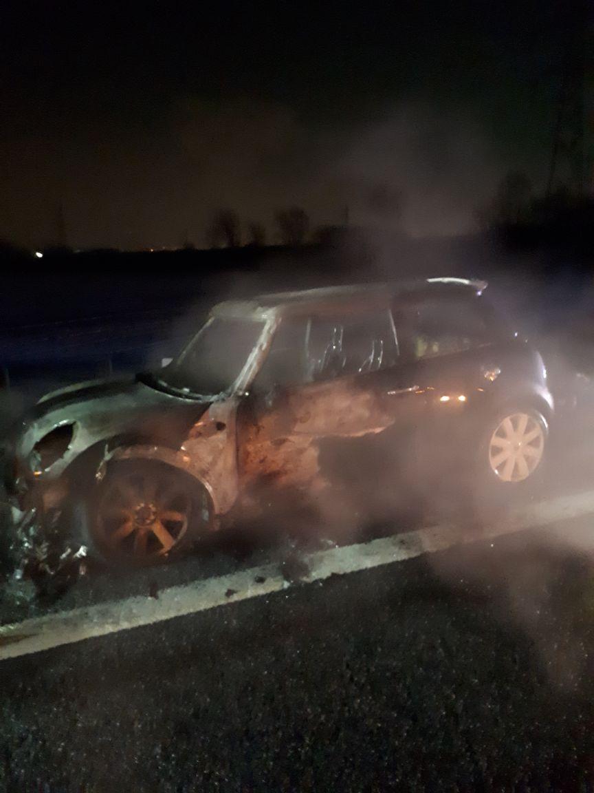 Prende fuoco una macchina in tangenziale: traffico in tilt