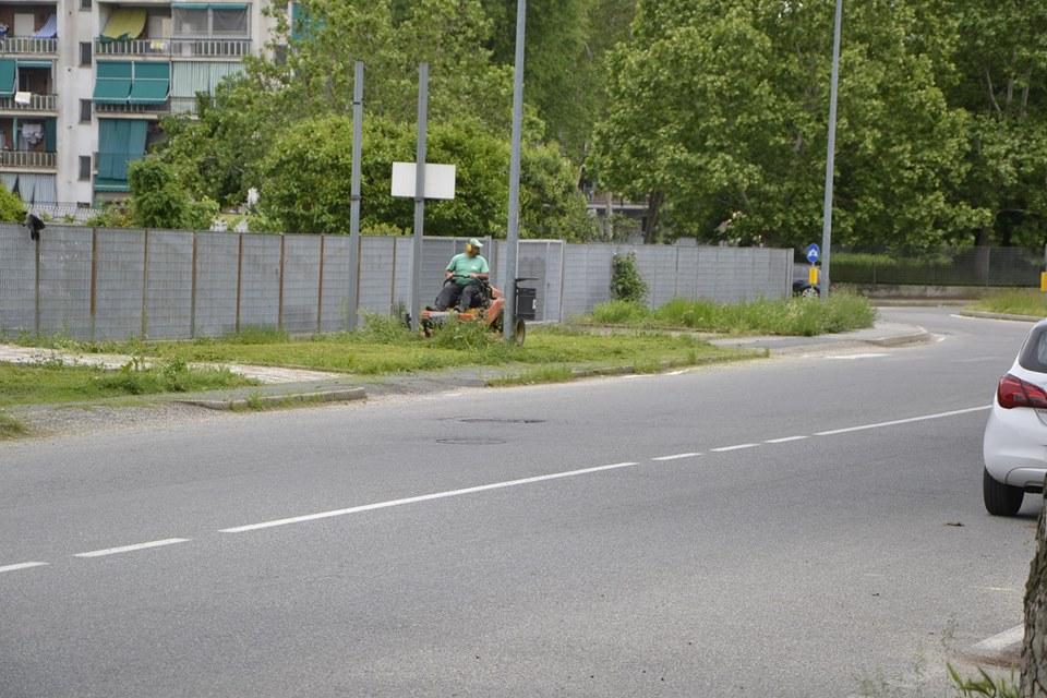 NICHELINO – Iniziato il taglio dell'erba dei giardini