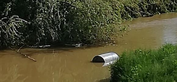VILLASTELLONE – Bidone abbandonato nel rio, intervengono i volontari