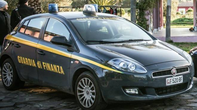 FRODE IN COMMERCIO – La guardia di finanza sequestra vestiti spacciati per merce di pregio