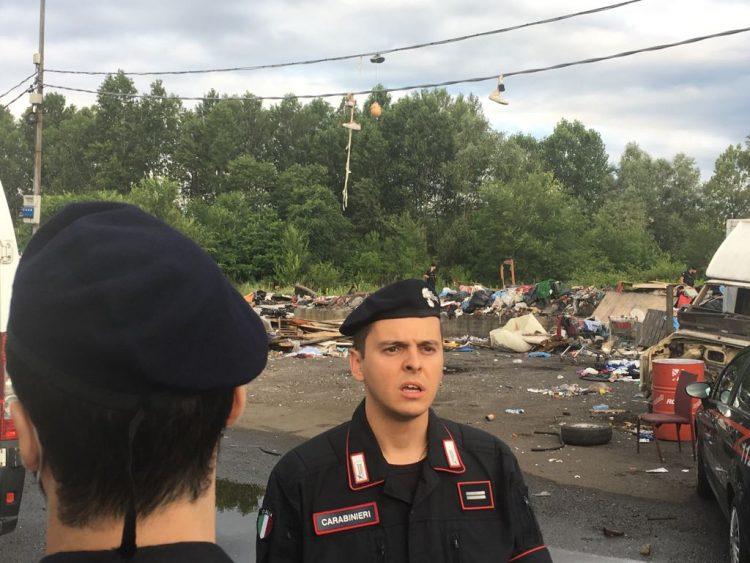 Maxi blitz dei carabinieri contro il campo rom vicino all'aeroporto