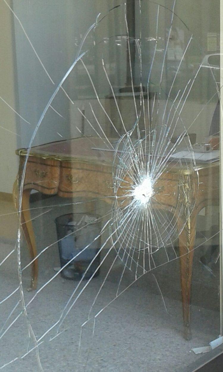 CARMAGNOLA – Sfonda le vetrine di un negozio sfitto con una mazza