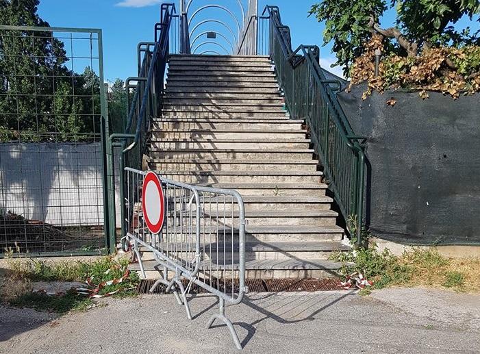 MONCALIERI – Spostano la transenna, ma la passerella resta chiusa