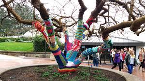 MONCALIERI – Lo Yarn Bombing colora la città