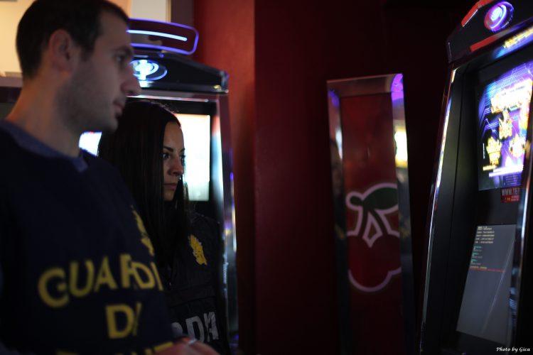 Slot illegali in un locale di Torino: si spegnevano con un telecomando