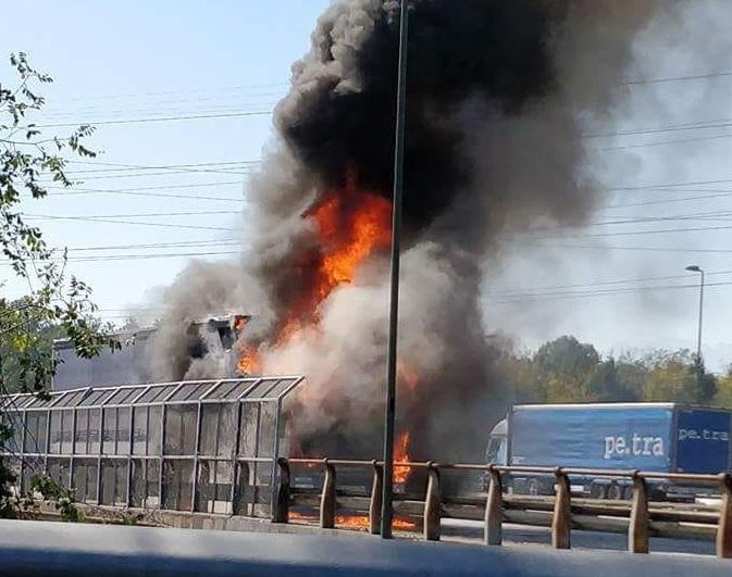 NICHELINO – A fuoco un mezzo pesante sul ponte della tangenziale