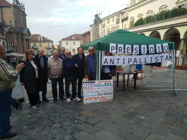 """MONCALIERI – Il """"presidio antipallista"""" dell'opposizione sotto il municipio"""