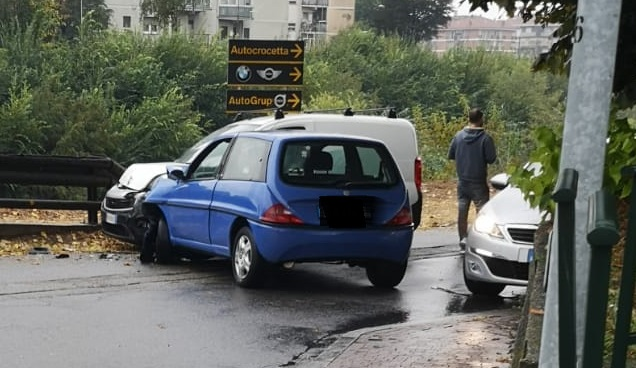 MONCALIERI – Ancora un incidente in via Moncenisio, vicino alla Croce Rossa