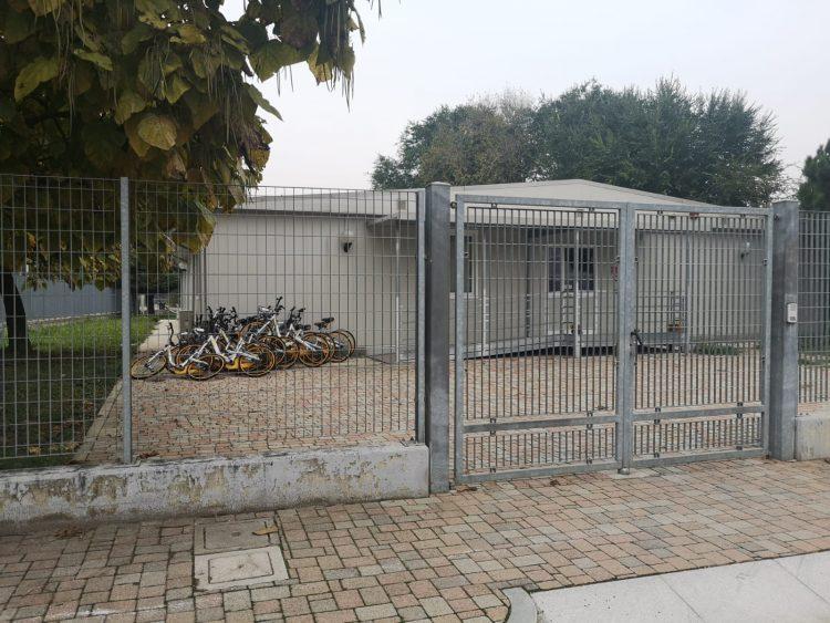 MONCALIERI – Decine di biciclette vandalizzate accatastate dalla polizia municipale