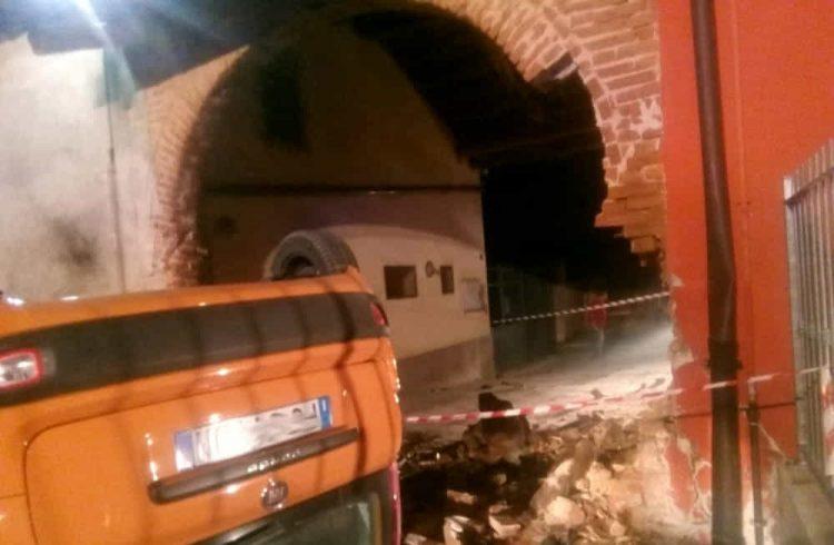 CAMBIANO – Finisce con l'auto contro un muro distruggendolo