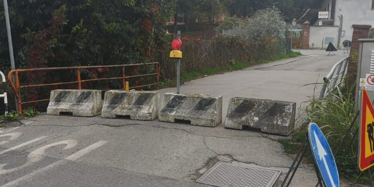 TROFARELLO – Ponte pericolante in via XXV Aprile, il Comune lo chiude