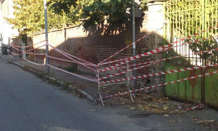 NICHELINO – Muro pericolante transennato dalla polizia locale