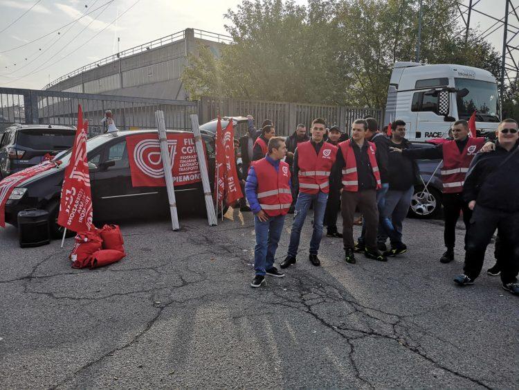 TROFARELLO – Sit-In dipendenti cooperativa Athena davanti al gruppo AF – Zust Ambrosetti