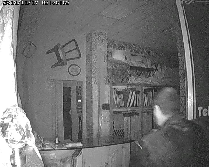 MONCALIERI – Mette le foto dei ladri su Facebook per protesta
