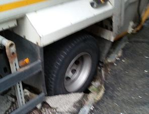 MONCALIERI – Si apre una buca sull'asfalto per il cedimento di una conduttura fognaria
