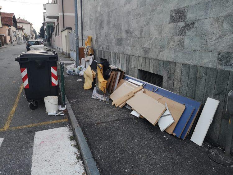 NICHELINO – Disacarica su via Sassari: il fenomeno non si arresta