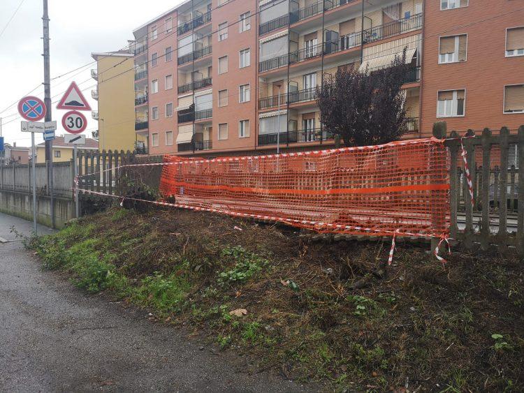 NICHELINO – Crolla la recinzione della ferrovia in via IV Novembre