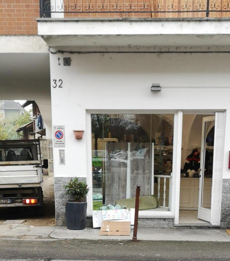 CARMAGNOLA – Rubano i vestitini dei bambini in un negozio di piazza IV Martiri