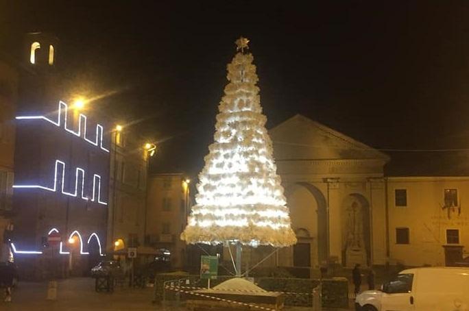 CARMAGNOLA – Città illuminata per Natale con materiale riciclato