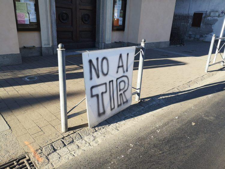 CARMAGNOLA – Cartelli e striscioni per protestare contro smog e Tir
