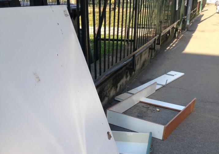 MONCALIERI – Abbandonano resti di mobili in via Galimberti