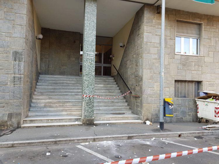 NICHELINO – Crollano calcinacci da un palazzo: auto colpite e strada chiusa