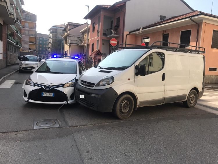 NICHELINO – Incidente in via Di Nanni: coinvolta auto dei vigili