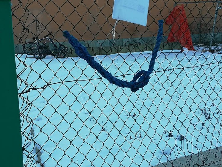 SANTENA – Corde blu anti bullismo davanti alle scuole