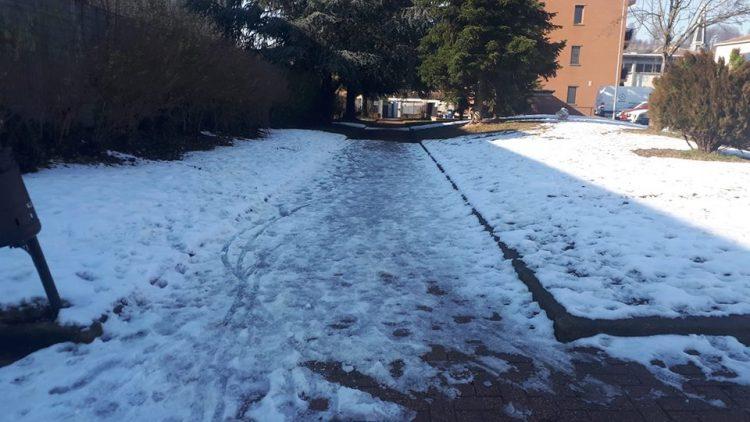 MONCALIERI – Ancora ghiaccio sui marciapiedi fuori dalle scuole, lamentele dei genitori