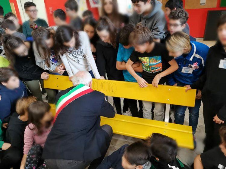 TROFARELLO – Inaugurata la panchina gialla anti bullismo