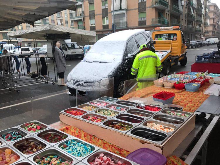 NICHELINO – Dimentica l'auto sull'area del mercato e gliela portano via