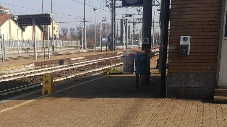 TROFARELLO – Dramma alla stazione: donna si uccide lanciandosi contro il treno