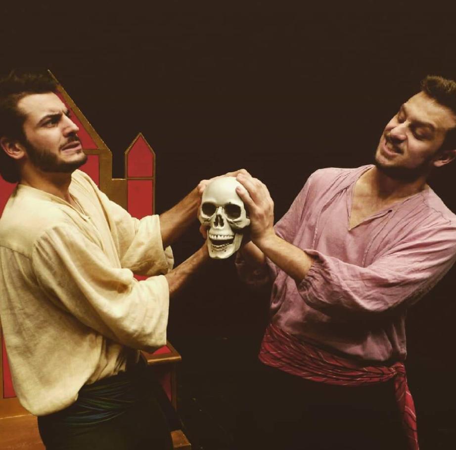 «Shakespeare X 2», il bardo diventa comprensibile e simpatico anche nel Terzo Millennio. Un successo la nuova serata teatrale proposta dal Gruppo di lettura carmagnolese