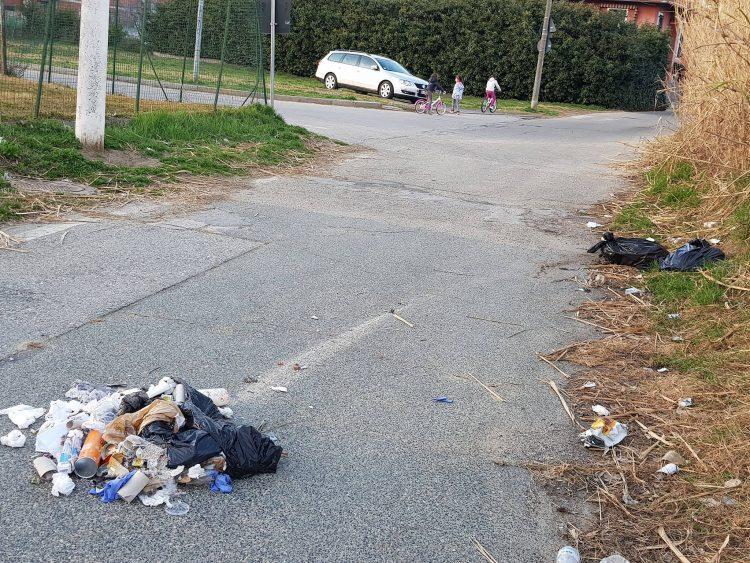 MONCALIERI – Ora la spazzatura viene gettata anche in mezzo alle strade