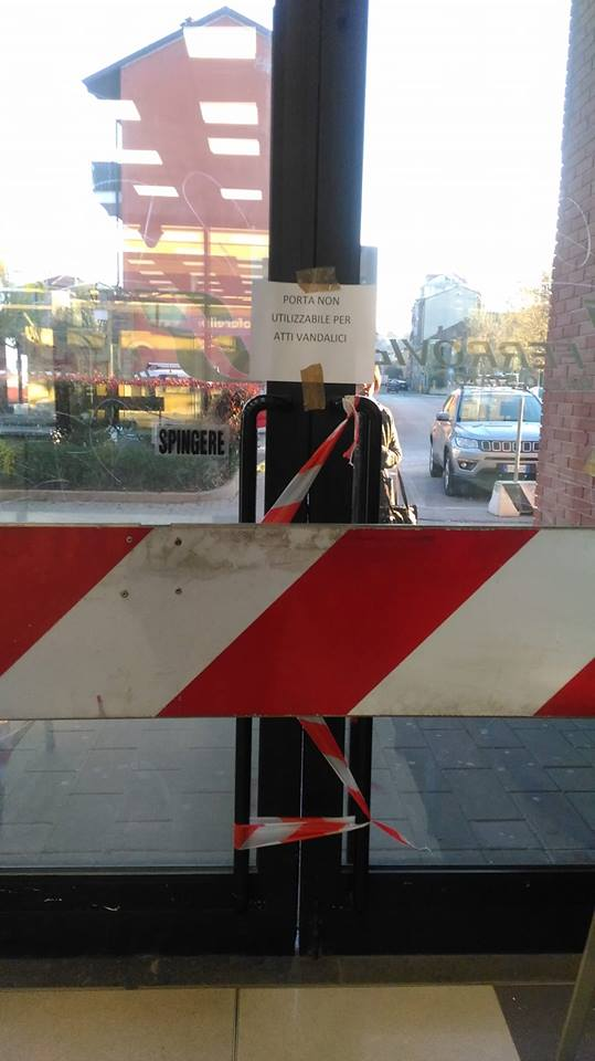 TROFARELLO – Porta della stazione chiusa per atti vandalici