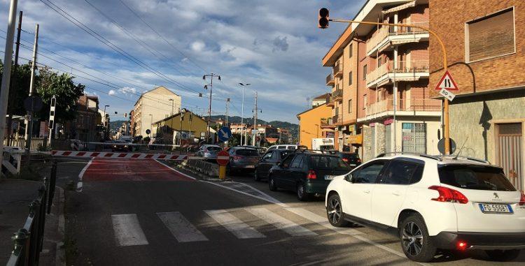 NICHELINO – Chiuso nel passaggio a livello, gli sequestrano la macchina perché è targata straniera
