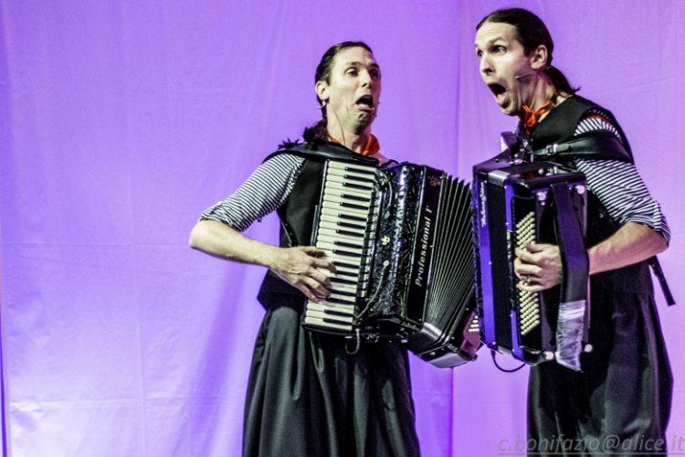 Les Jumeaux, come due fisarmoniche possono aprire le strade del mondo… e non solo. Un successo lo spettacolo proposto dal Gruppo di Lettura carmagnolese