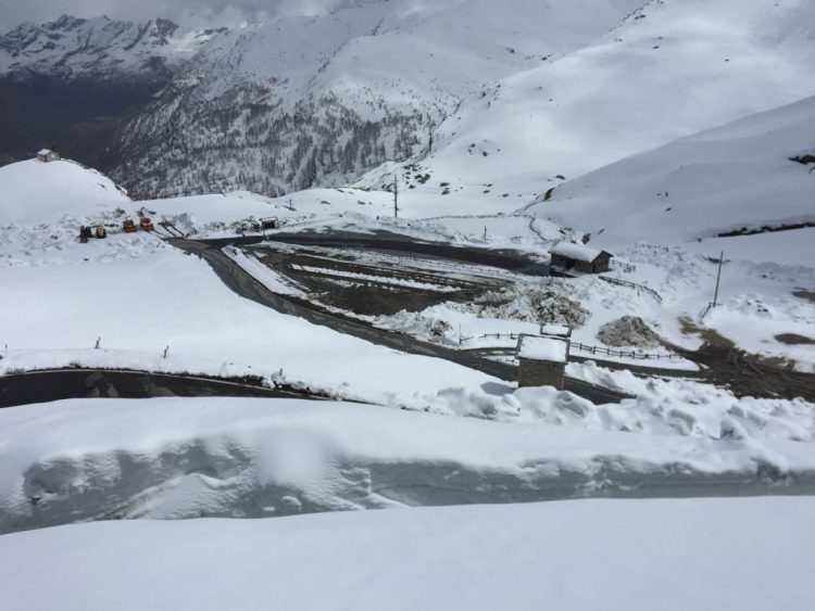 Corsa contro il tempo per far correre il Giro sulla provinciale del Nivolet