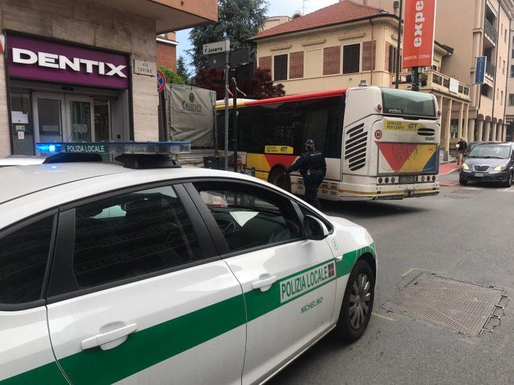 NICHELINO – Traffico nuovamente in tilt in via Torino per i parcheggi selvaggi