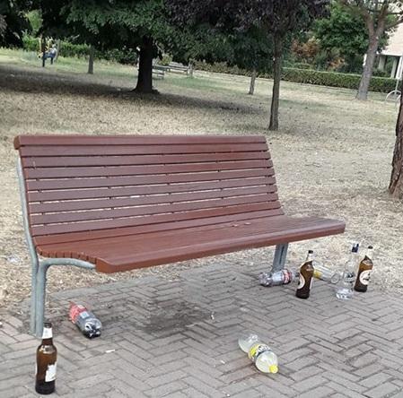 NICHELINO – Giardini di via Primo Maggio preda dei maleducati