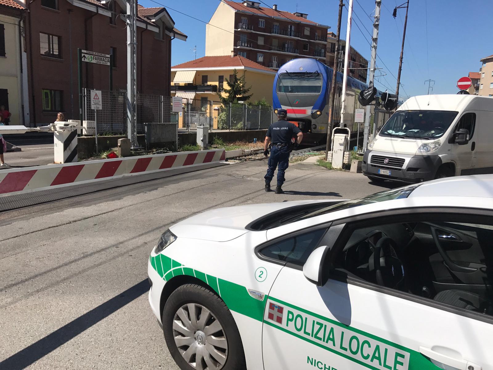 NICHELINO – Guasto al passaggio a livello di via Giusti: caos nella circolazione