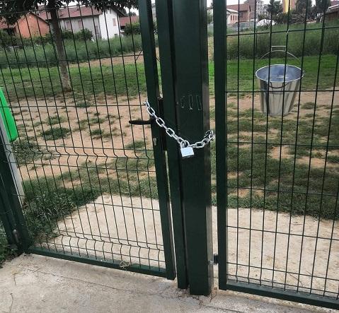 CARMAGNOLA – Litigano per chi deve usare l'area cani e uno dei due la chiude con il lucchetto