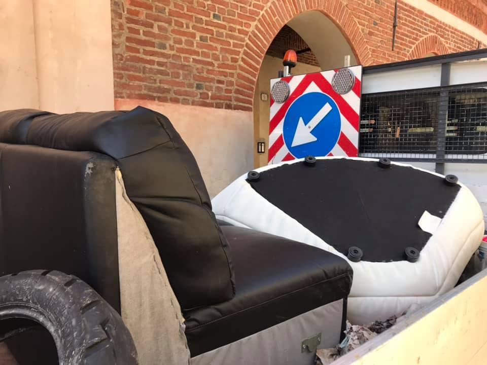 """Poltrona e divano abbandonati sulla strada, a Poirino. Il sindaco insorge: """"Dell'inciviltà ne abbiamo le tasche piene!"""""""