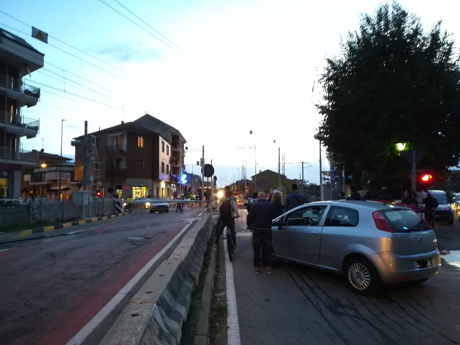 NICHELINO – Città e treni paralizzati per un'auto bloccata nel passaggio a livello