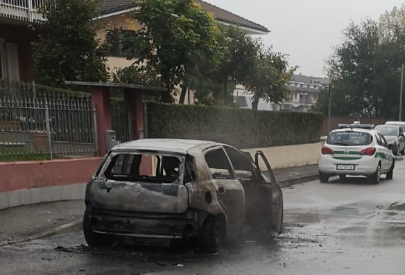 CARMAGNOLA – A fuoco un'auto in via Ronco mentre stava circolando