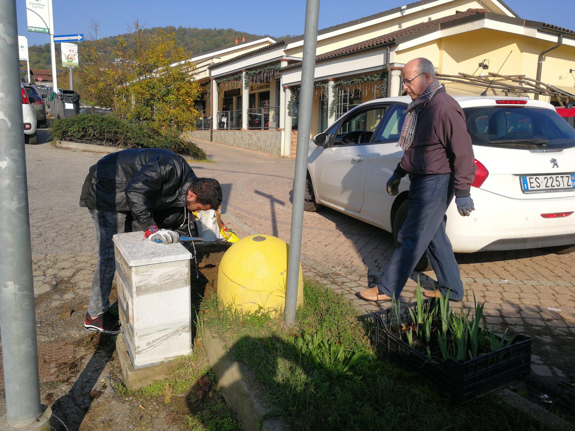PECETTO – I volontari si prendono cura delle aiuole verdi