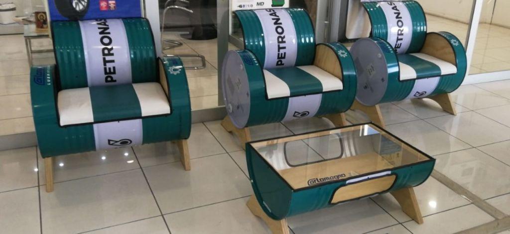 La lunga vita dei fusti Petronas: da contenitori a elementi di arredo